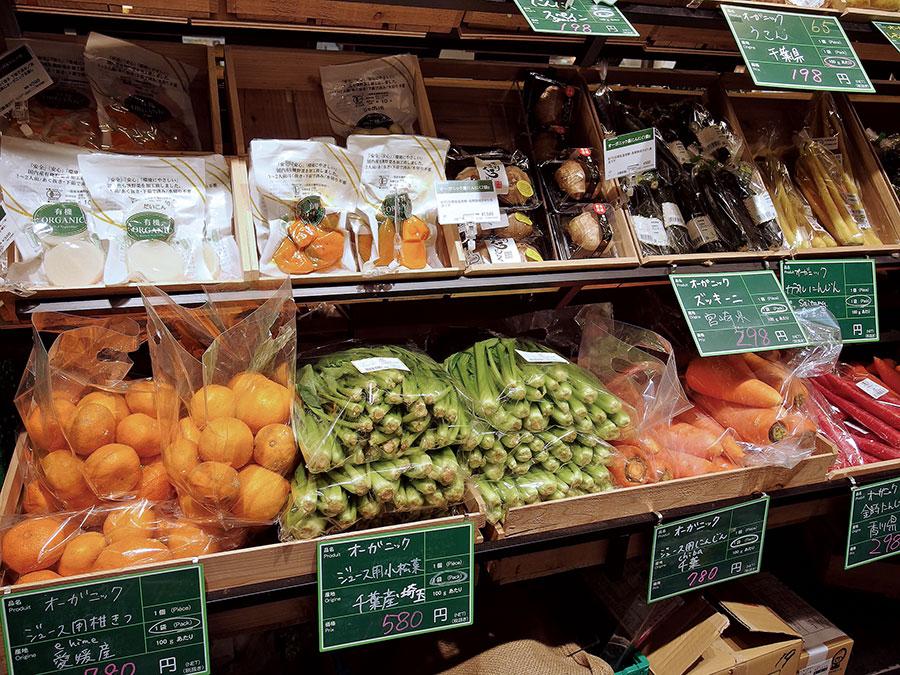 売上好調な青果売場。とくに色味が鮮やかな野菜が支持されている。トマトやニンジン、じゃがいもなどのベーシックな商品は量り売りも行っている