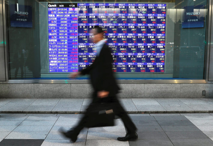 【経済】大幅反落、下げ幅400円超 先物売りで崩れる画像