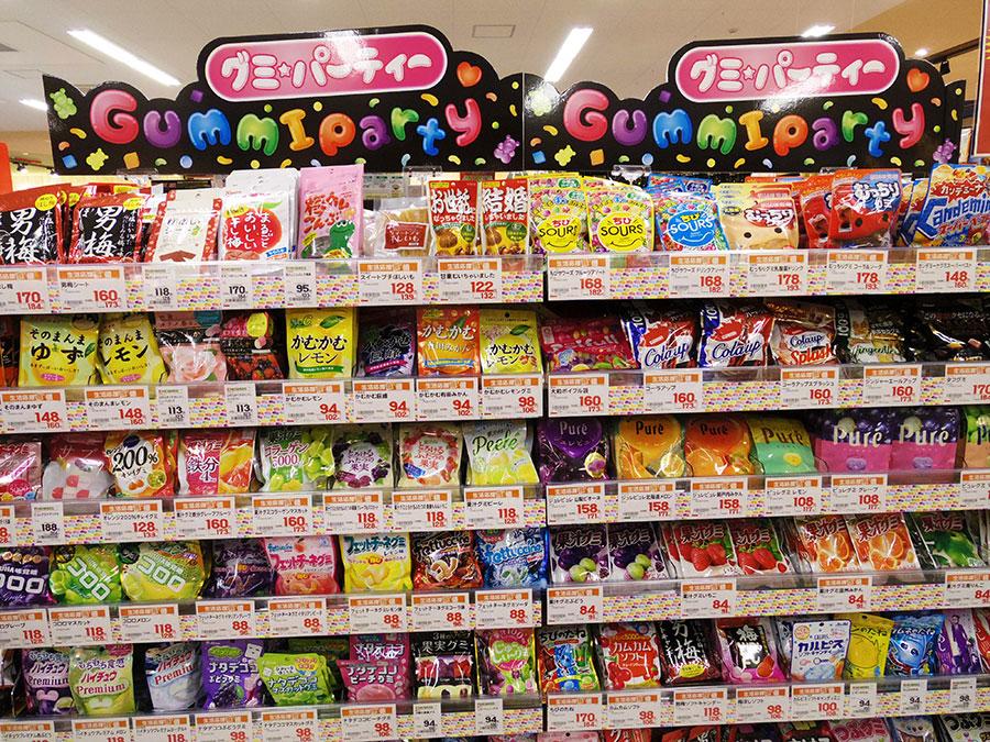 ▲ 商圏内に小さい子供のいる世帯が多いことを受け、菓子では人気のあるグミを多数集積し「グミパーティー」コーナーを展開している