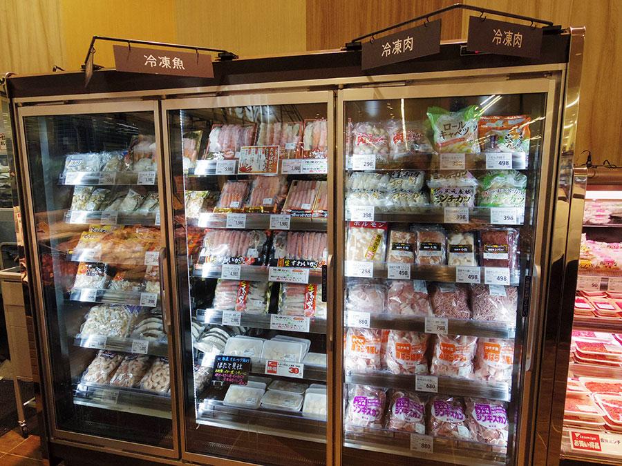 ▲ 簡便商材として冷凍食品を強化している。主通路沿いにある冷蔵什器では、精肉と鮮魚の両方の冷食を集めた売場を設けていた