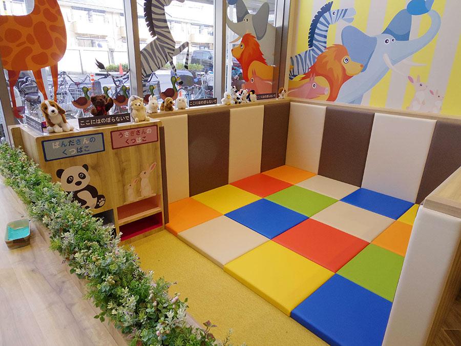 ▲ 若い年齢層の獲得をめざし、イートインコーナーの一角では、子供の遊び場「こどものあそびばきっZOO」を新設した