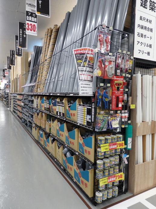 エアコン用工具やパイプカッターなどの工具は、関連商材の近くにも陳列する