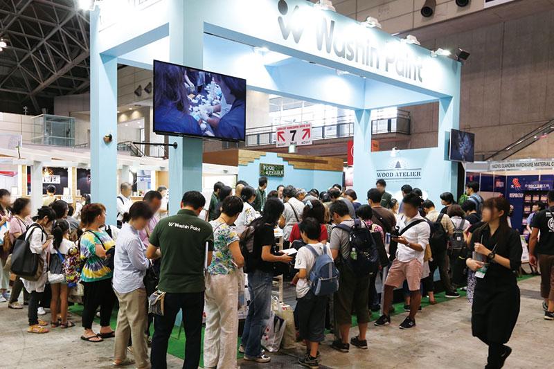 「JAPAN DIY HOME CENTER SHOW 2018」における和信ペイントのブース。ワークショップに多くの参加者が殺到するなど、人気を集めた