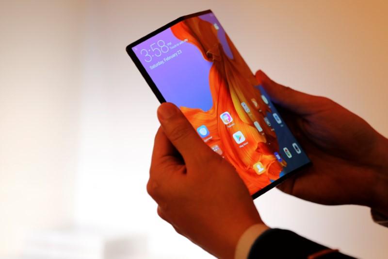 ファーウェイ、5G対応の折り畳み式スマートフォン発表画像