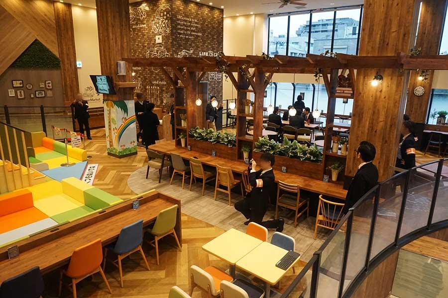 ▲ ベーカリーの隣で展開するのが、同社3店目となる「LIFE Cafe」だ。パスタやピザなどをバイオーダーで提供するとともに、1階と中2階部分に合わせて107席のイートインを設けた
