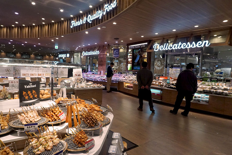▲ 総菜売場は、422品目と豊富な品揃えを提供する(ベーカリーを含む)。「LIFE Cafe」の設置効果により、総菜売場とカフェを合わせた売上高構成比を全体の約20%まで高めたい考えだ