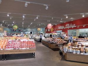 青果売場と総菜売場からスタートとするダブルコンコース。陳列は低く見通し安くて買いやすい