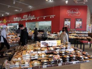 売場トップに配置した総菜は、標準店舗と比べると寿司や魚菜屋などコーナーごとのスペースは小さいが、欠落する商品群はない