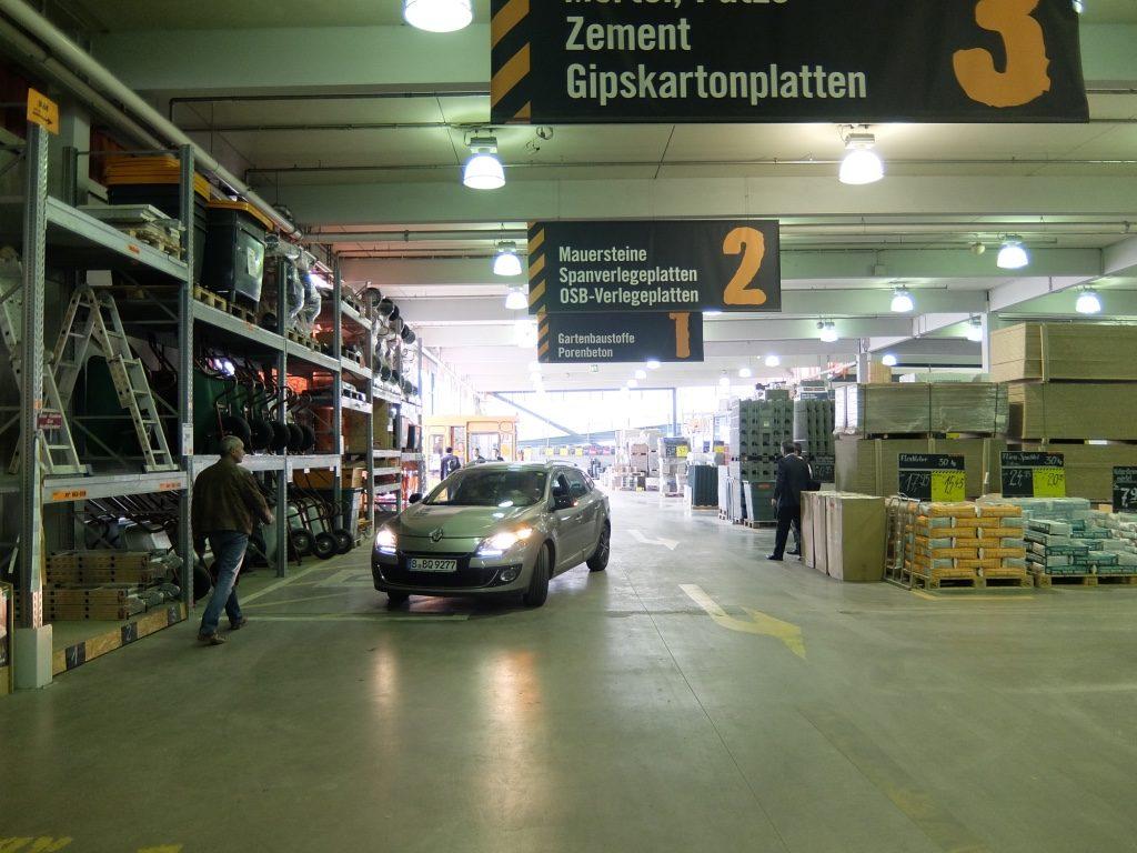 広大な資材売場は、店内を自家用車で移動する