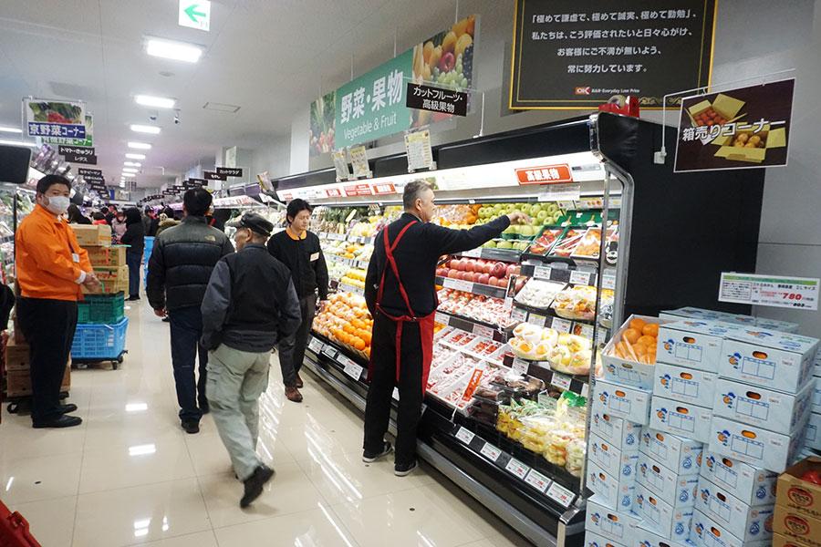 ▲ 売場面積約300坪の下井草店は、第1コーナーから第2コーナーの間に生鮮3部門を集約。