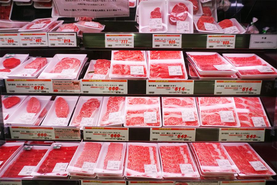 ▲ 生鮮3品のなかでもオーケーがとくに強い支持を得ているのが精肉売場だ。主力商品とするのがA4、A5等級の黒毛和牛で希少部位も揃える。