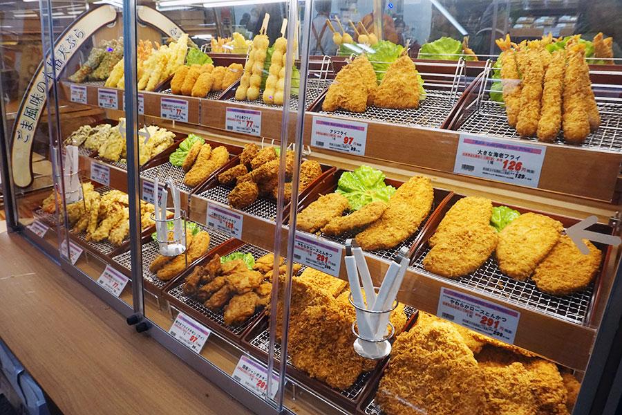 ▲ 最近オーケーが力を入れるのが総菜だ。限られた売場面積のなか約200品目を揃える。天ぷらとフライのバラ売りコーナーも設置している