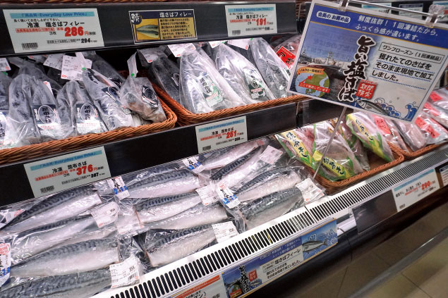 鮮魚部門で販売する「ノルウェー産 旨い塩さば」(5kg/30枚サイズ1枚174円)。鮮度や素材のうま味を維持するために「ワンフローズン」にこだわっている