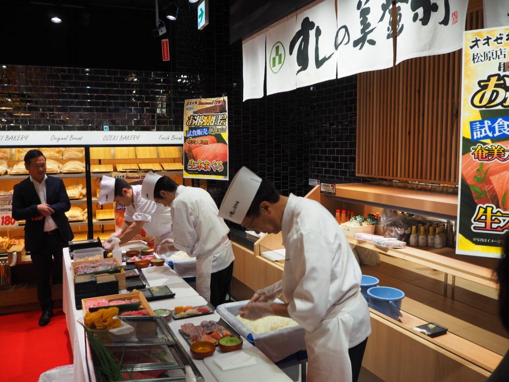 お披露目会では職人握りたての寿司も振る舞われた