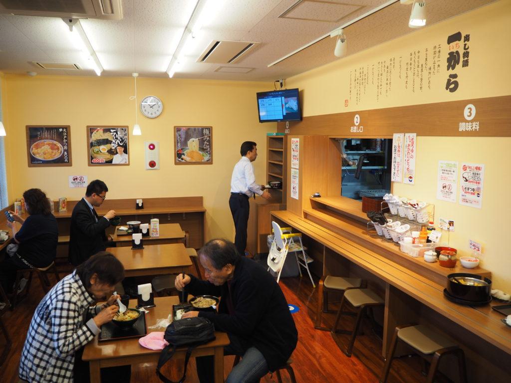 食堂では40種類以上のメニューを提供