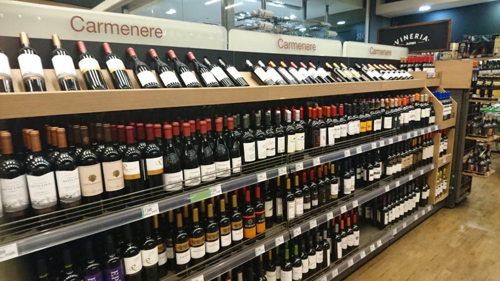 コスタネラセンター店のワイン売場。「カルメネール」のコーナーが大きく設けられている