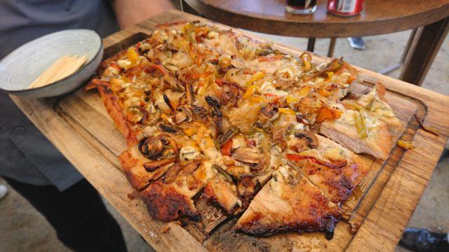 チリでは豚バラ肉なかでも筋肉の部分のみをカットして「マラヤ」として販売。チーズや野菜を乗せてピザのように仕上げた調理方法がおすすめだ