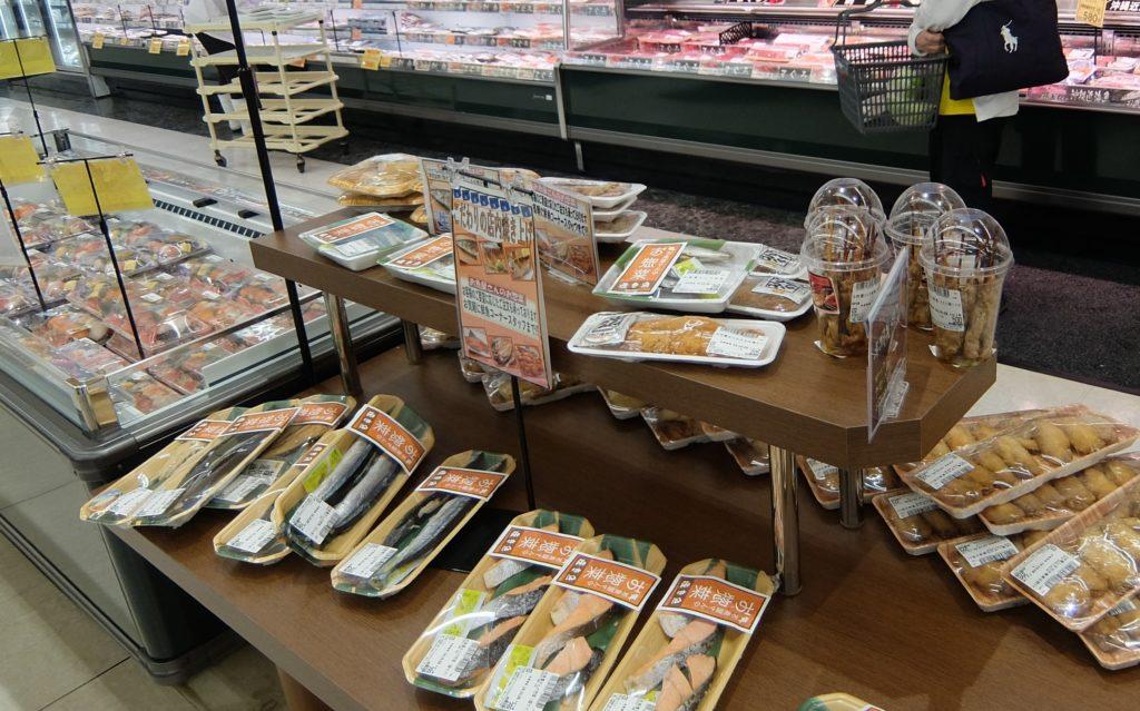 鮮魚と精肉各部門がインストアで製造する総菜は同店で5店舗目。いちゅまん市場の場合は、鮮魚売場と精肉売場の間の平台で展開している。