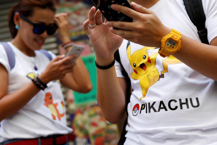 香港で「ポケモンGO」で遊ぶ人たち