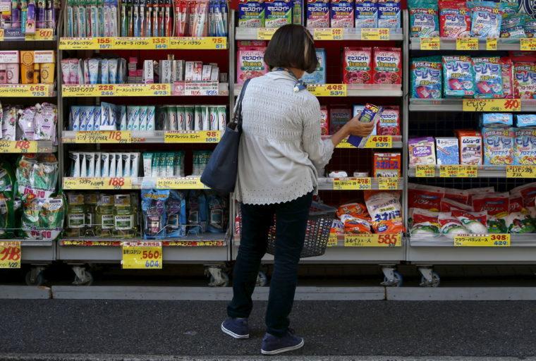 5月31日、経済産業省が発表した4月の商業動態統計速報によると、小売業販売額(全店ベース)は前年比0.5%増の12兆0540億円となった。ロイター集計の民間エコノミスト予想の中央値は前年比0.8%増だった。写真は都内で2015年10月撮影(2019年 ロイター/Yuya Shino)