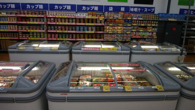 食品売場:カバー付きの冷凍ケースを4台導入。バローの食品PBもいたるところに差し込まれている