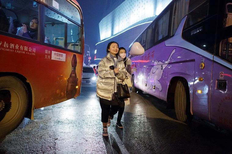 道を渡る女性たち