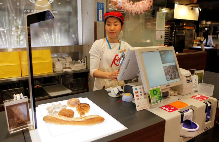 ベーカリーチェーン「アンデルセン」の店舗に導入された、パンの種類を識別し、瞬時に会計をするAIレジ。