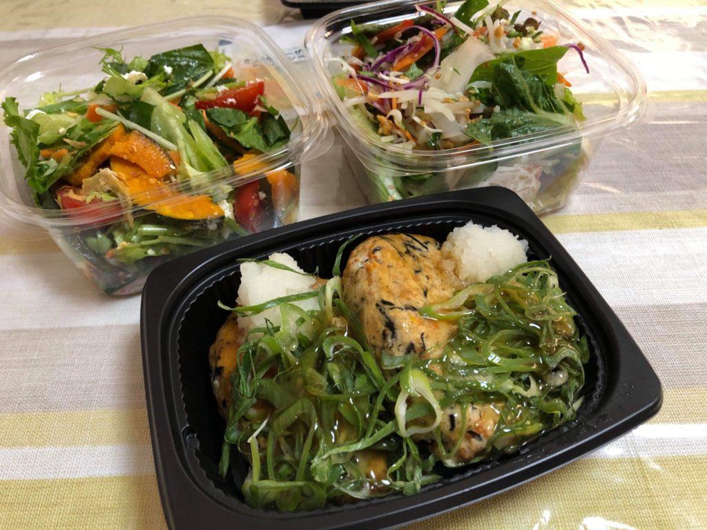 RF1の総菜。この日は、「和風ハンバーグ」とサラダは2種類購入。右が「足りないカラダに 緑の健康30品目サラダ」、左が「さびないカラダに 緑黄色野菜のシーザーサラダ」