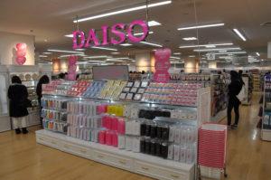 DAISOに行き、店員に「○○はどこですか?」と聞けば誰一人いやな顔をせず、目的の商品に向かって道に迷うことなく案内してくれます。皆さんのお店でもできるように店内ツアーを実施しましょう!