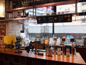 2階のドリンクカウンター、生ビールはクラフトビール6種を中心に8タップ用意