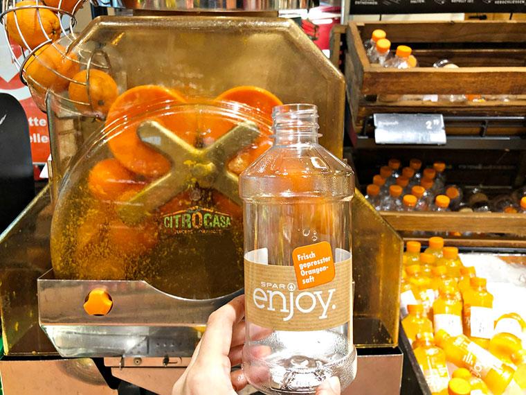 cap:店内の機械で絞りたてを自分で詰めるオレンジジュースは大人気