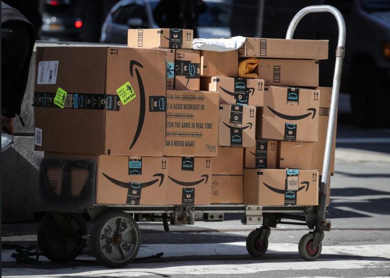 配達中のアマゾンの箱