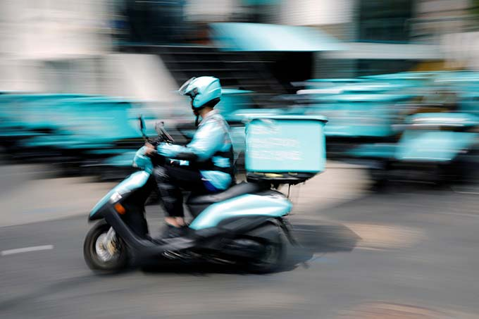ソウルの街を走るフードデリバリーのバイク