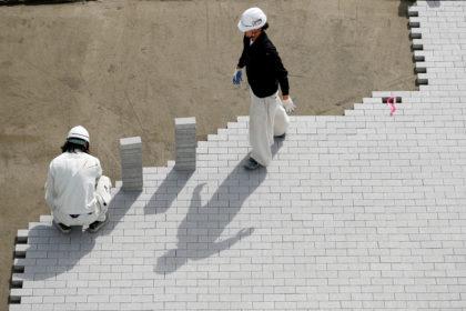 都内の五輪会場で工事を行う人たち