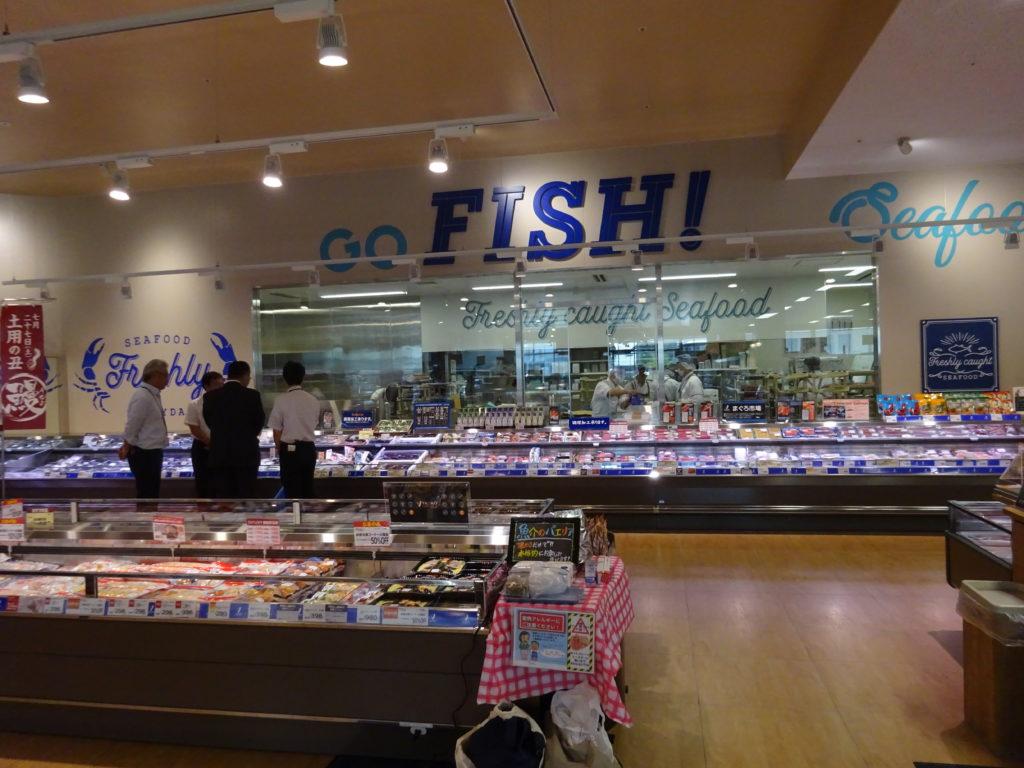 鮮魚売場では、専任の「お客さま係」を配置