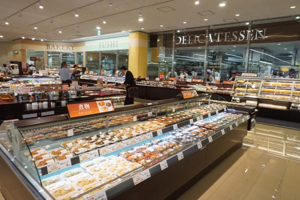 総菜部門は、ベーカリーを合わせて約300SKUという幅広い品揃えながら、その7割以上を店内調理で提供する