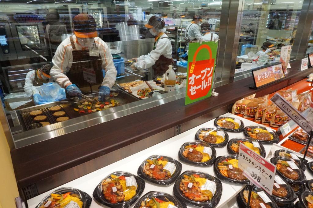 初導入の「ミ―トデリカ」コーナー。加熱調理機チャーブロイラーを導入し、ハンバーグやチキンステーキ、野菜などをグリルして提供する
