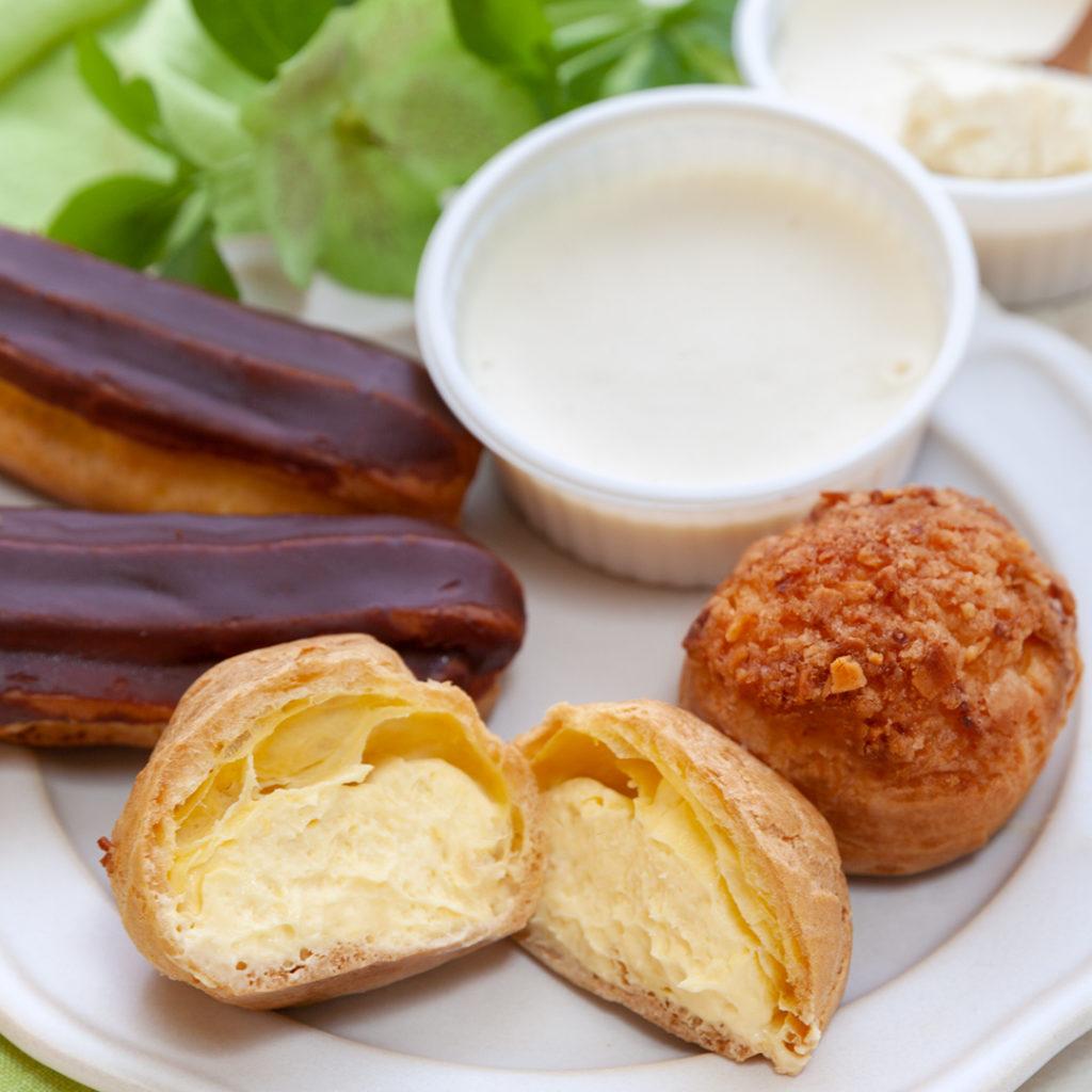 販売に力を注ぐ洋菓子。手前が「シュークリーム」(税抜220円)。兵庫県の菓子メーカー弁天堂の協力を得て、ようやく商品化できたという
