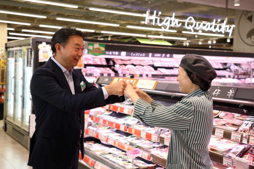 目覚ましいスピードでサミットの改革を進める竹野社長。「まずは自身の姿勢を示すことが大事」と語り、店舗にも足しげく通い、パート・アルバイト従業員との拳と拳を合わせるサミット独自のあいさつ「グータッチ」を交わす