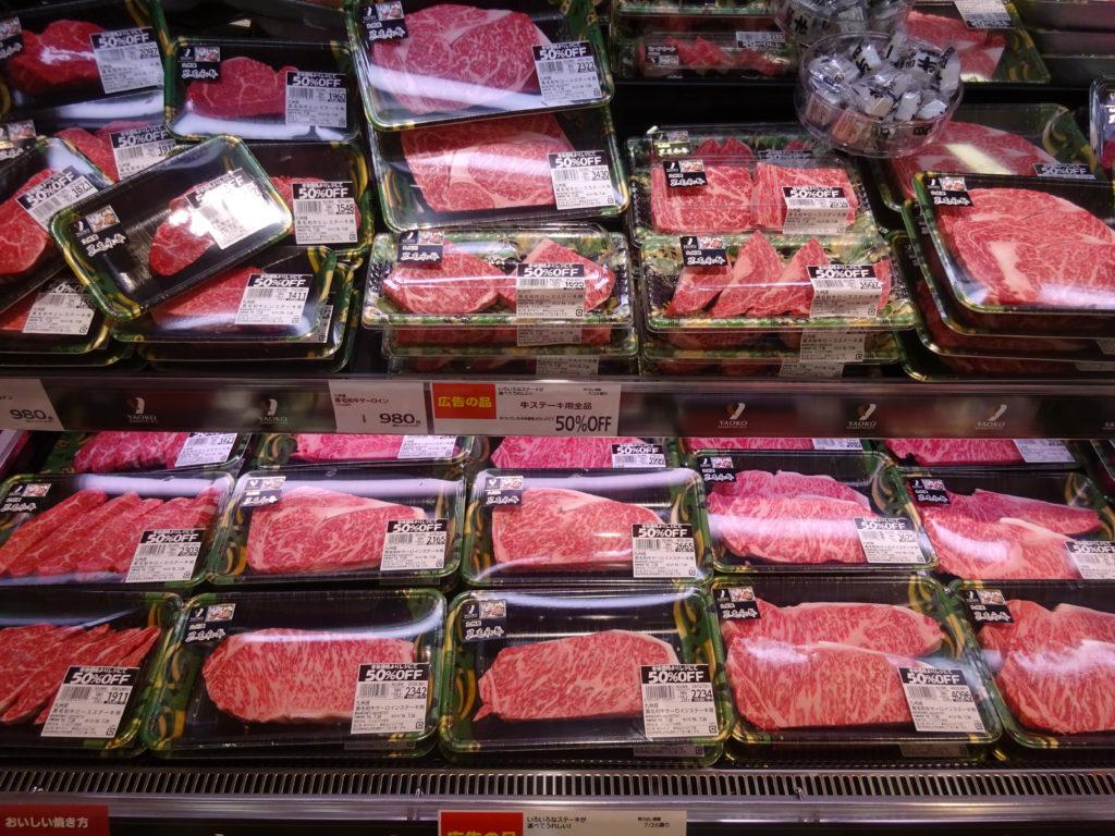 精肉売場では、牛ステーキの売り込みを強化する