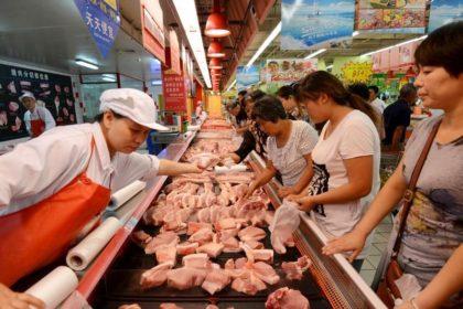 マーケットで豚肉を買い求める人々