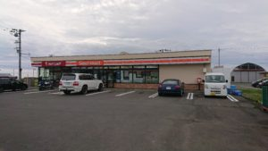 セコマが2014年に出店した「セイコーマート初山別店」。道内173市町村目の出店先となった道北地方・初山別村は人口1200人。村内で生活必需品がひと通りそろう店はここだけだ。