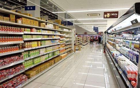 オーケーの店内。低価格を実現するために無駄を省き、商品を絞り込んでいるのが特徴だ