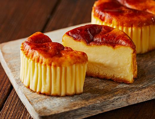 バスチー」は、表面の生地はこんがり焼かれているのに対し、中身はとろりとなめらかな食感が特徴。「レアチーズケーキ」や「ベイクドチーズケーキ」とは異なる「新 感覚スイーツ」として売り込んだ