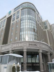 2003年にJR札幌駅に直結するターミナル型百貨店としてオープンした大丸札幌店。洋風建築をイメージした外観は旗艦店の神戸店譲りだが、その半分程度の売り上げでも利益を出せるローコスト店舗だ