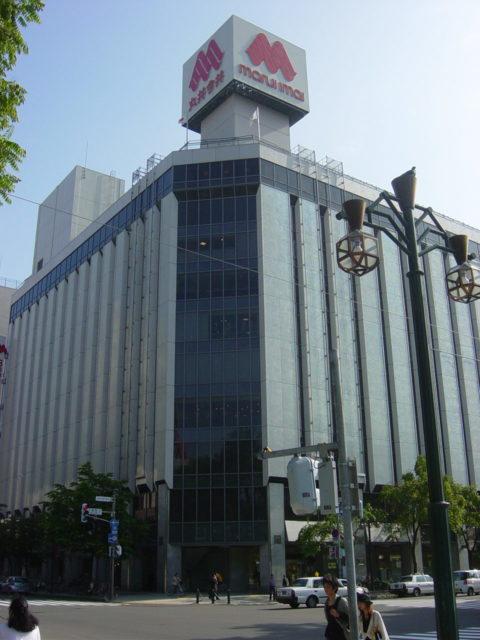 札幌・大通公園に面して建つ丸井今井札幌本店の大通館。主力行・北海道拓殖銀行破綻後の経営危機は、消費者の支持と取引先の協力で乗り切ったが、大丸進出後は、伊勢丹のノウハウをもってしても苦戦が続いている