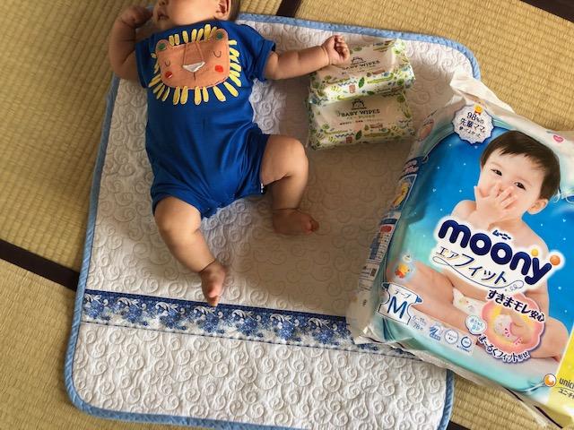 オムツやおしりふきなどのケア商品は、Amazonで購入。次男くんが寝ている布団は、メルカリで購入した