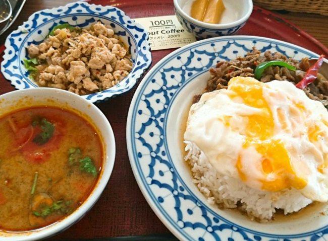 近年、食品スーパーの総菜でもアジアンフードが多く見られるようになった。写真はタイ料理の「トムヤクムン」と「ガパオライス」