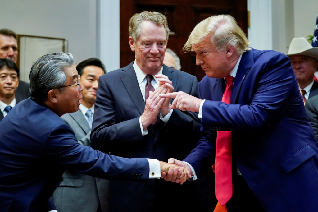 トランプ大統領と握手する日本の杉山晋輔駐米大使。