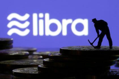 [11日 ロイター] - 米クレジットカード大手のマスターカードやビザが11日、フェイスブックが導入を計画している暗号通貨(仮想通貨)「リブラ」の運営団体「リブラ協会」を脱退すると発表した。 電子商取引のイーベイ、オンライン決済のストライプ、中南米の決済会社メルカド・パゴも脱退を発表した。 今月4日には米決済サービス大手ペイパルが脱退を明らかにしていた。[nL3N26R0GU] これを受け、リブラ協会はメンバーから大手決済会社がいなくなった格好だ。残るメンバーはリフトやボーダフォンといったテクノロジー企業や通信会社のほか、ベンチャーキャピタルや非営利団体などが中心となっている。 ビザは「現時点でリブラ協会への加盟を見送ることを決めた」とした上で、「今後検討を続ける方針で、最終的な決定は、リブラ協会が規制面の要件をすべて満たすことができるかどうかなどに左右される」と表明した。 イーベイは声明で「リブラ協会の展望を非常に尊重しているが、イーベイは創設メンバーとして前進しないとの判断を下した」とした。 フェイスブックのリブラ責任者デビッド・マーカス氏はツイッターで、「短期的には良くないニュース」と認めた一方、今回の動きでリブラの将来を判断すべきではないとくぎを刺した。 リブラ協会のポリシー・コミュニケーション担当責任者のダンテ・ディスパルテ氏は、協会の憲章の正式承認は14日に予定通り行われるとした。